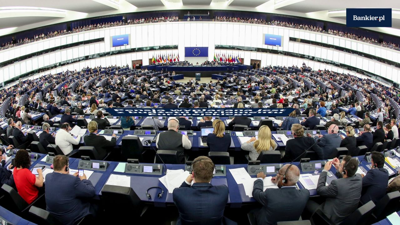 Ile zarabia europoseł?